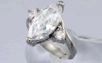 Изящен дамски пръстен с ромбоиден бял кристал